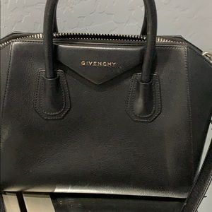 Givenchy Bags - Givenchy shoulder bag 💋💋